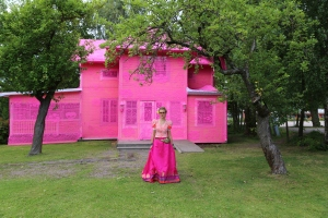 olek-in-front-of-our-pink-house-avesta-sweden-2016